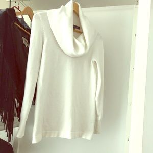 Cozy and warm sweater in white